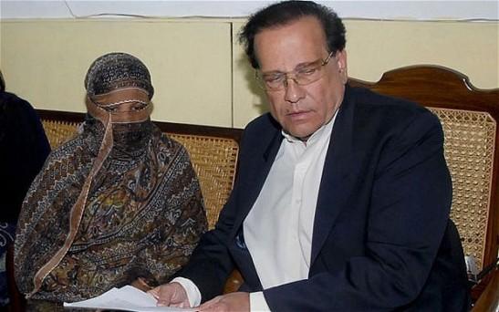 Asia Bibi con il governatore Salman Taseer