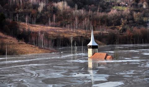 1. L'église inondée de Geamăna en Roumanie