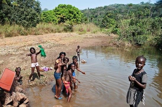 AFRICA - Un terzo degli africani finisce in povertà a causa dei servizi sanitari precari.