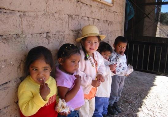 MEXICO - Niños duermen en la escuela para no tener que caminar 5 horas.
