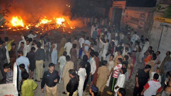 PAKISTAN, nonna e due nipotine bruciate vive nella loro casa per blasfemia, per colpa di un post