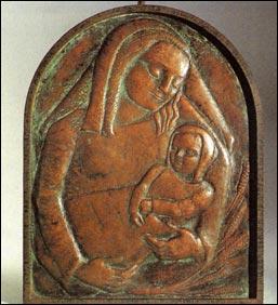 Vergine con il Bambino, bassorilievo dell'artista polacco Marek Szwarc.