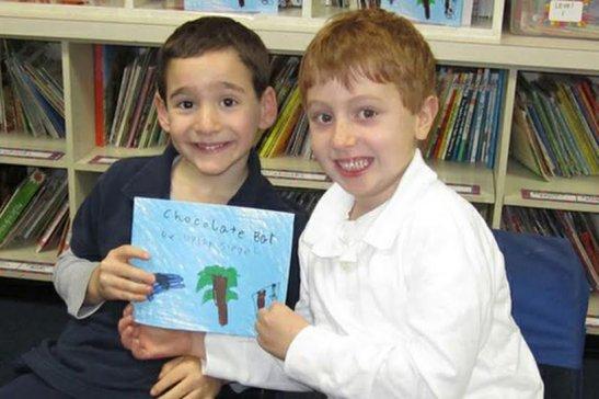 Garoto de 6 anos escreve livro e arrecada dinheiro para ajudar amigo doente.