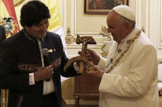 El curioso regalo de Evo Morales al papa Francisco
