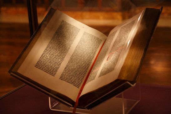 800px-Gutenberg_Bible,_New_York_Public_Library,_USA__Pic_01