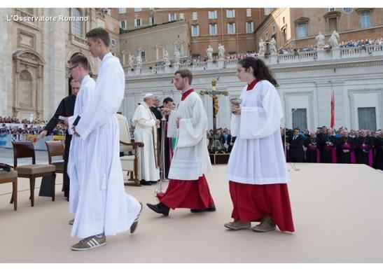 Monaguillos en la plaza de San Pedro - L'Osservatore Romano