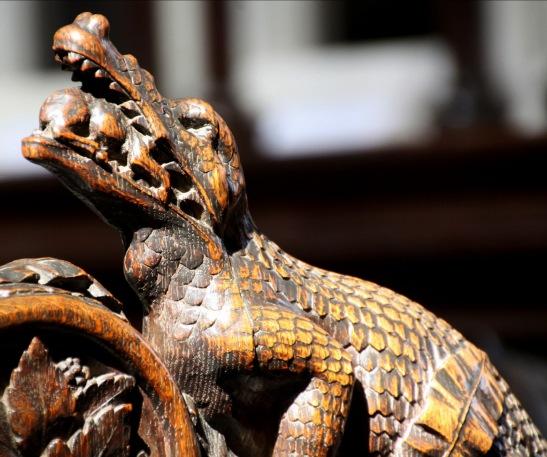 71. Coccodrillo Maestro Anonimo fregio ligneo del coro monastico,1400 circa. Cattedrale di Exeter (Chiesa Madre di San Pietro a Exeter, oggi anglicana) Devon. Inghilterra