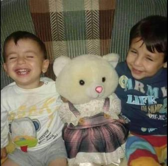 Aylan Kurdi (a sinistra) con il fratello Ghaleb in un momento felice