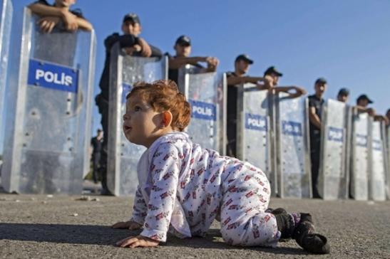 Baby profuga al confine greco turco 2