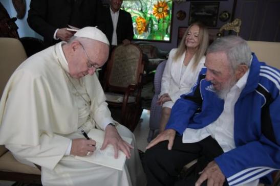 El Papa Francisco se reunió hoy con Fidel Castro y le hizo un regalo especial1