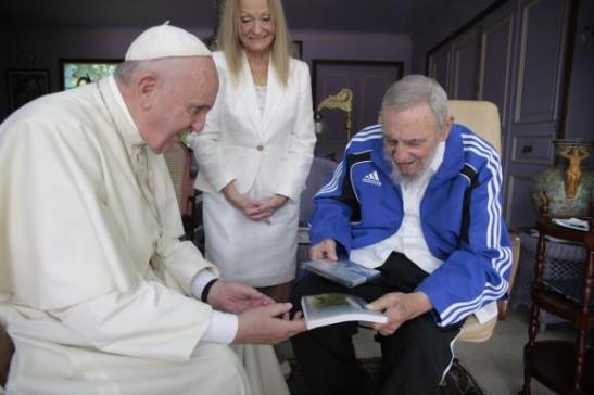 El Papa Francisco se reunió hoy con Fidel Castro y le hizo un regalo especial2