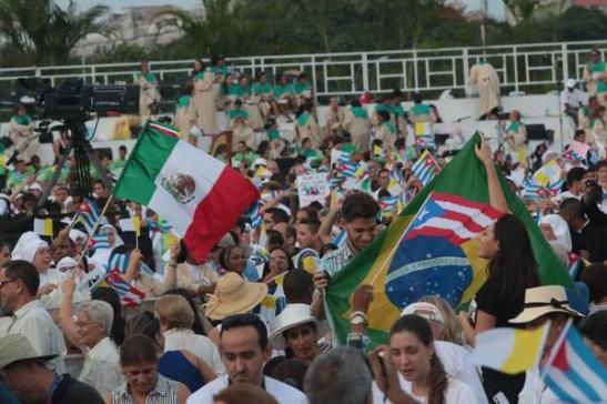 El Pontífice llegó a la Plaza de la Revolución media hora antes del inicio de la Misa para saludar y compartir algunos momentos con los asistentes..