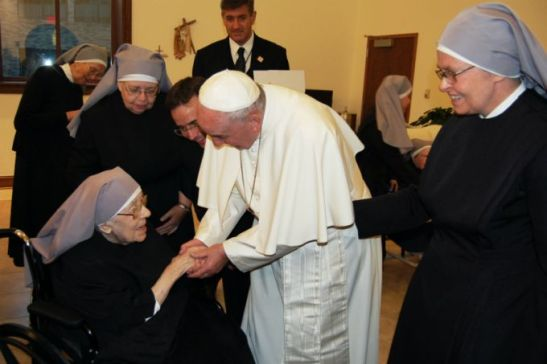 Pope_converses_with_Sr_Marie_Mathilde_102_years_old_CNA