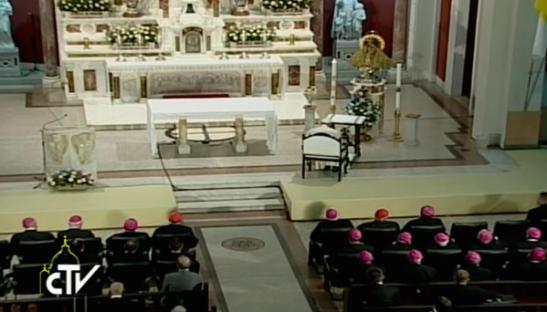 reza ante Virgen de la Caridad del Cobre en Santiago de Cuba 1