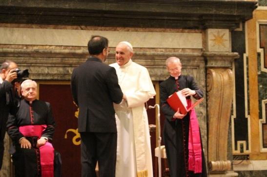 P. Enrique Sanchez saluta il Papa
