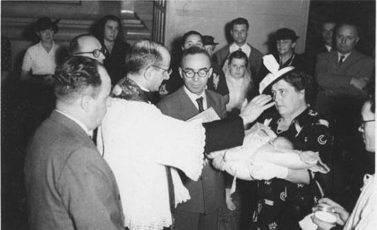1952 La Pira padrino a un battesimo celebrato da Mons. Montini