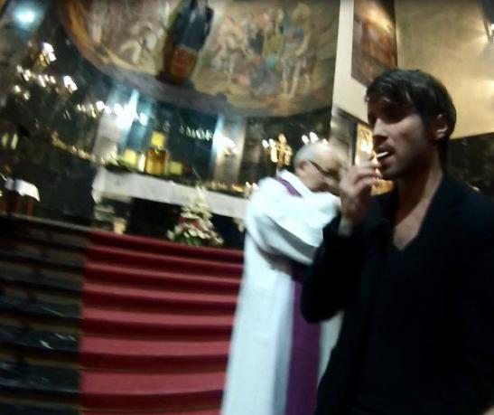 Roban y profanan más de 200 hostias consagradas para muestra de arte en España