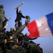 """L'anno comincia con una tragedia. Il 7 gennaio il Daesh mette a segno un attentato contro il settimanale satirico parigino Charlie Hébdo. Le vittime sono 12. Due giorni dopo altri 8 morti nell'attentato Daesh contro un supermercato kosher. Nella manifestazione oceanica con cui Parigi reagisce, un'immagine che ricorda il quadro di Délacroix """"La libertà che guida il popolo"""". (Lapresse)"""