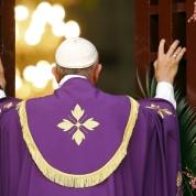 Il 29 novembre papa Francesco apre la Porta Santa della Cattedrale di Bangui, nella Repubblica Centrafricana dilaniata dagli scontri, anticipando in Africa il gesto d'inizio del Giubileo. (Lapresse)