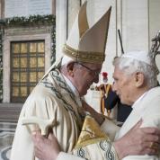 Con l'apertura della Porta Santa nella Basilica di San Pietro in Vaticano, papa Francesco proclama l'inizio dell'Anno Giubilare della Misericordia. Davanti alla Porta, l'abbraccio con il papa emerito Ratzinger (Osservatore Romano)