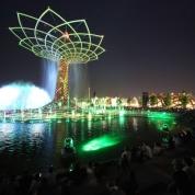 Il 1° maggio si apre a Milano Expo 2015. Per sei mesi l'Esposizione universale richiama milioni di visitatori da tutto il mondo. La sua immagine simbolo è l'Albero della Vita, posto accanto al Padiglione Italia. (Fotogramma)