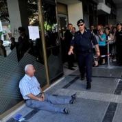 Il volto della crisi economica greca è Giorgos Chatzifotiadis, il pensionato fotografato a Salonicco all'inizio di luglio in lacrime fuori dalla banca perché non può ritirare la pensione. Dall'altra parte del pianeta, in Australia, qualcuno lo riconosce e decide di aiutarlo.