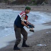 Il corpicino del piccolo Aylan Kurdi, profugo siriano di 4 anni, riverso sulla spiaggia di Bodrum commuove il mondo. A fine anno sono più di 700 i bambini migranti morti nel Mediterraneo, 200 nel solo Egeo.