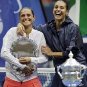 Roberta Vinci (a sinistra) e Flavia Pennetta si disputano la finale tutta italiana degli US Open di tennis a New York, torneo del Grande Slam, presente il presidente del Consiglio. Il trofeo va a Pennetta. È il 12 settembre. (Ansa)