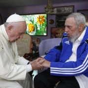 Il 20 settembre papa Francesco incontra Fidel Castro dopo aver celebrato la Messa in Plaza de la Revolucion a L'Avana. La visita apostolica in Cuba e negli Stati Uniti segna il disgelo tra i due Paesi. (Ansa)