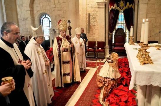 Le patriarche maronite célébrant la messe, hier, à Bkerké
