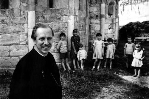 Padre Turoldo in una foto degli anni '70 all'abbazia di Sant'Egidio a Fontanella (Paolo Magni)