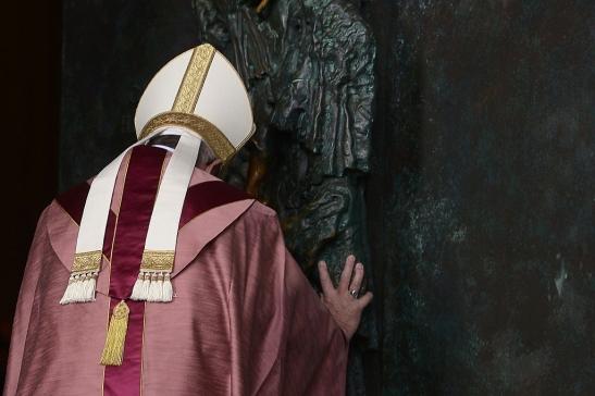 Papa Francesco ha aperto la Porta Santa a San Giovanni