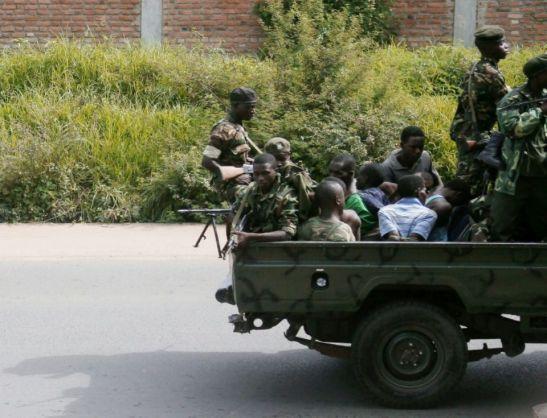 -un-vehicule-militaire-avec-des-hommes-menottes-circule-dans-bujumbura-le-11-decembre-2015