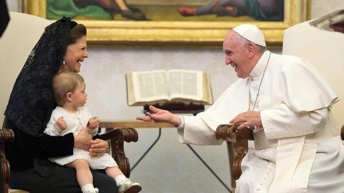 Francesco in un incontro con la regina di Svezia (e nipotina)