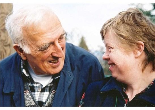 Jean Vanier avec une pensionnaire de l'Arche