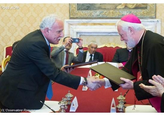 Poignée de mains dans la Salle des Traités au Vatican entre le ministre palestinien des Affaires étrangères et son homologue au Vatican, Mgr Gallagher - OSS_ROM
