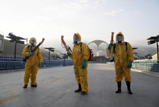 Operatori occupati nella disinfestazione dalle zanzare che trasmettono il virus zika a Rio de Janeiro, in Brasile, il 26 gennaio 2016.
