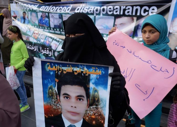 Parents de disparus manifestant devant le bâtiment du Syndicat des journalistes au Caire, le 21 mars..jpg