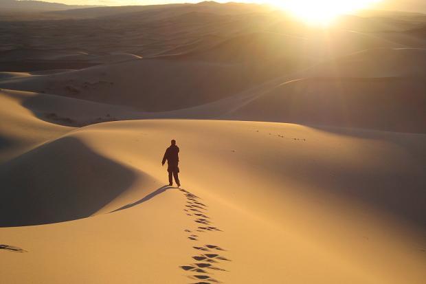 Si tolse quindi il mantello e se ne andò nel deserto..jpg