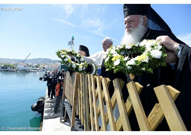 À Lesbos, le Pape appelle à ne jamais oublier les migrants disparus