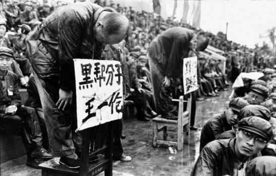"""Gli anni della Rivoluzione culturale sono stati giudicati ufficialmente dalle autorità cinesi """"dieci anni di catastrofi""""."""