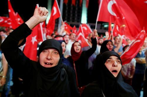 Migliaia di cittadini, dopo il fallito golpe di venerdì, hanno occupato piazza Taksima Istanbul inneggiando a Erdogan