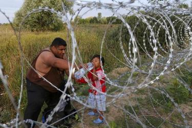 La prima barriera contro i profughi in Ungheria (Lapresse).jpg