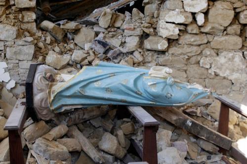 Una statua della Madonna nella chiesa distrutta di Cossito, frazione di Amatrice (Lapresse)