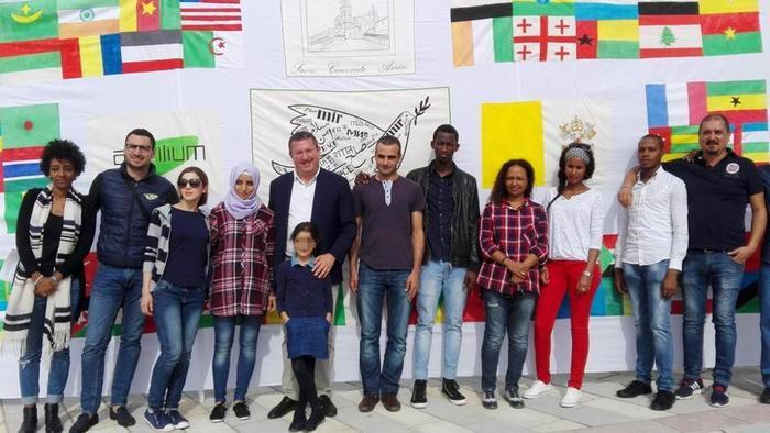El grupo de refugiados que almorzará con Papa Francisco e Asís.jpg