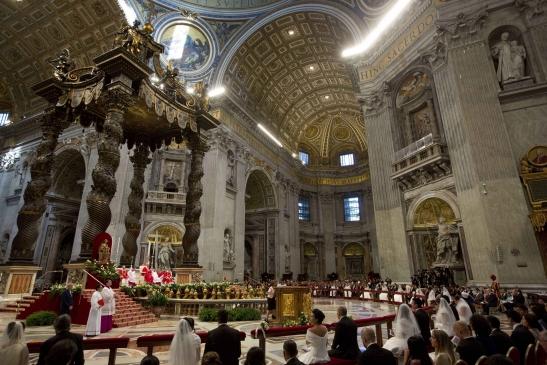 Basilica di San Pietro, il Papa celebra alcuni matrimoni.jpg