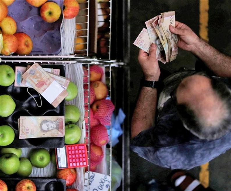 Decenas de billetes para hacer una compra básica en la Venezuela chavista. Foto Reuters  Ueslei Marcelino.jpg