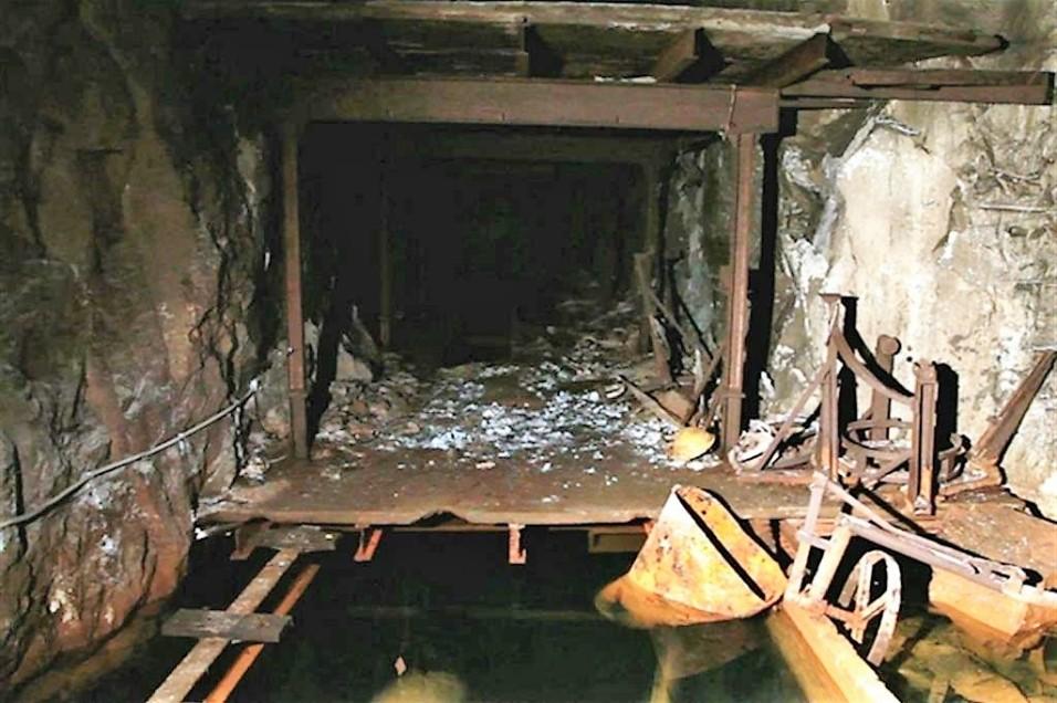 Una delle gallerie scavate con i picconi dove gli schiavi lavoravano e vivevano.jpg