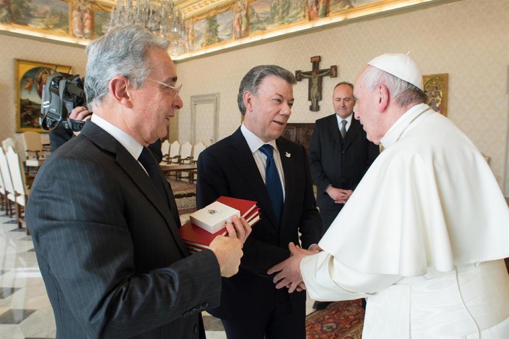 Il Papa con Manuel Santos (a sinistra) e Uribe all'incontro del 16 dicembre in Vaticano (Ansa)