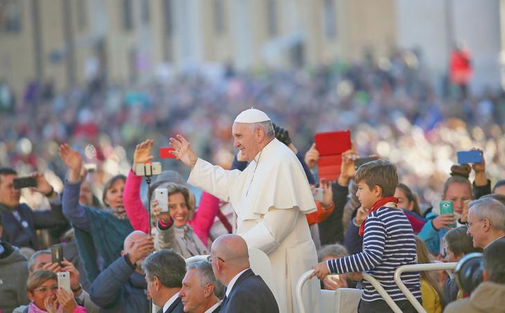 Le pape François salue la foule place Saint-Pierre au Vatican..jpg